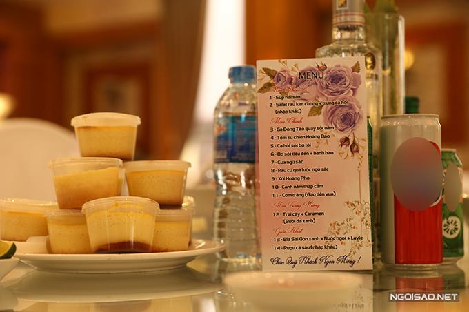 Thực đơn tiệc cưới của Hùng Dũng gồm các món: súp hải sản, salad rau - trứng cá hồi, gà Đông Tảo, tôm sú, cá hồi sốt bơ tỏi, bò sốt tiêu đen, cua ngũ sắc, rau củ luộc, xôi Hoàng Phố, canh nấm, cơm, trái cây, caramen, bia, rượu cá sấu.