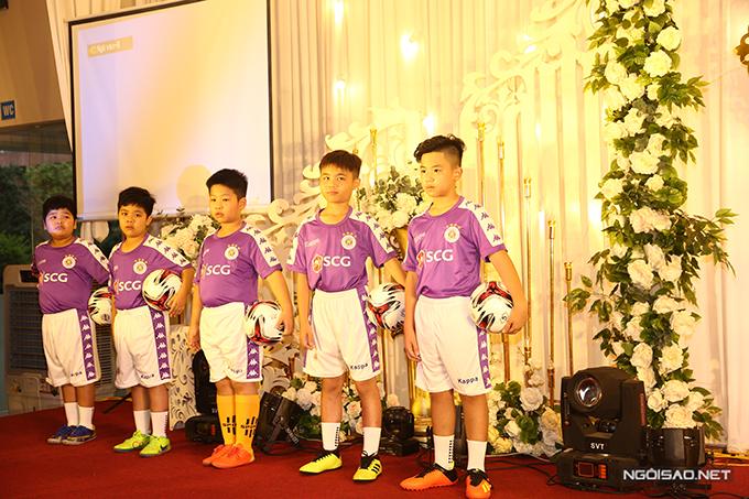 Các cầu thủ nhí tạo dáng tự tin và mỗi bé đều cầm theo bên mình một trái bóng tròn.