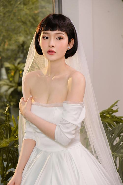 Mẫu váy tiếp theo được Hiền Hồ diện là váy quây cúp ngực theo xu hướng tối giản, tập trung vào đường cắt may, phom dáng thay vì đính kết. Thiết kế dành cho các cô dâu có bờ vai thon, xương quai xanh quyến rũ.