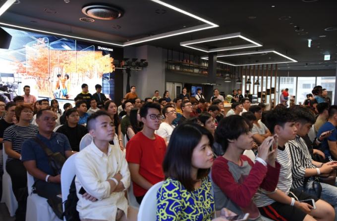 Hàng trăm khán giả đã có mặt từ rất sớm trước buổi sự kiện diễn ra, với tinh thần háo hức và tò mò về chất lượng hình ảnh 8K được thể hiện ra sao thông qua những cảnh quay của bộ phim.