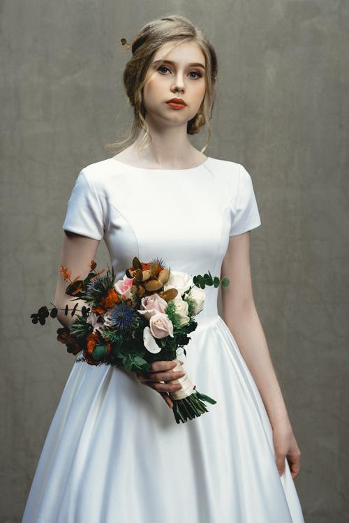 Váy Abbey toát lên chất thơ, chinh phục những nàng dâu yêu thích xu hướng Less is more, tức chú trọng về chất hơn về lượng.