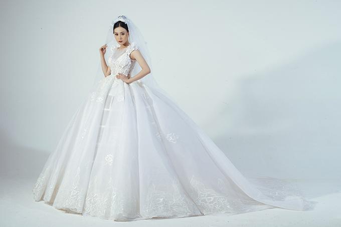 Chia sẻ bức ảnh hậu trường buổi chụp hình bộ sưu tập áo cưới, Phương Oanh viết: Đời em đã khoác lên mình bao nhiêu chiếc váy cưới rồi nên em chả thích làm cô dâu nữa có phải không?.