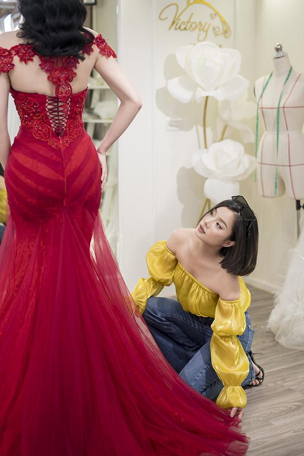 Nữ chính Quỳnh búp bê được nhà thiết kế chăm chút tỉ mỉ khi thử đồ, chuẩn bị cho buổi chụp hình thời trang.