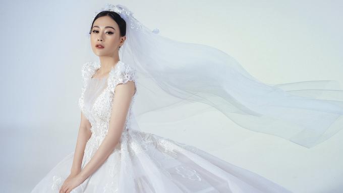 Người đẹp thể hiện vẻ đẹp lộng lẫy, kiêu sa khi khoác lên mình bộ váy cưới trắng tinh, được đính kết cầu kỳ.