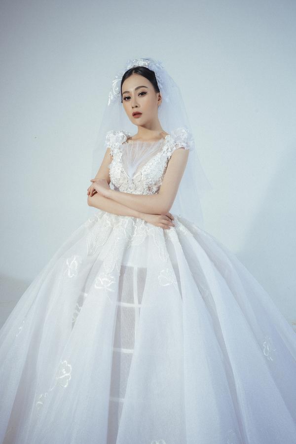 Sở hữu nhan sắc xinh đẹp, sự nghiệp thành công và được nhiều người đàn ông theo đuổi nhưng Phương Oanh hiện vẫn độc thân. Cô nhiều lần tự nhận với fan rằng mình đang ế.