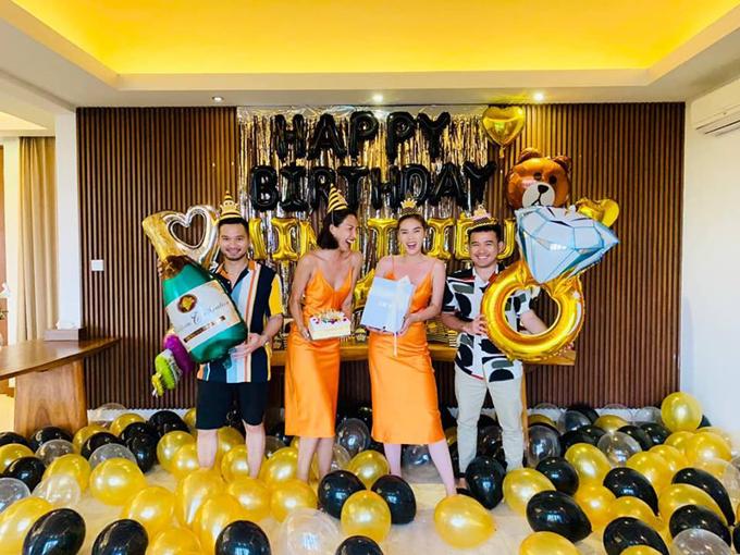 Cả hai cùng mặc đồ đôi là váy hai dây màu cam gợi cảm, pose hình thân thiết bên nhau. NTK Lê Thanh Hòa (ngoài cùng bên phải) và một người bạn khác cũng có mặt trong chuyến đi và chúc mừng Minh Triệu bước sang tuổi mới.