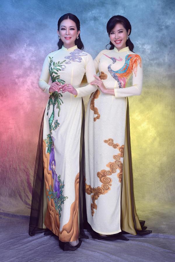 Nhân dịp về nước thăm gia đình, giọng ca hải ngoại Hương Thủy (trái) nhận lời làm mẫu chụp hình áo dài cùng Quỳnh Hoa - người bạn từng hoạt động chung trong nhóm nhạc Phù Sa.