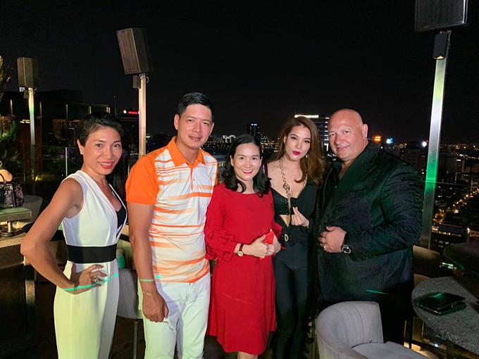 Trương Ngọc Ánh tụ tập cùng vợ chồng Bình Minh và những người bạn.