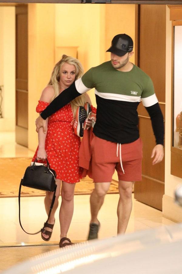 TMZ cho biết, một ngày trước đó Britney vẫn ở trong trại nên cô chỉ về nhà một ngày để đón lễ Phục sinh, sau đó quay trở lại tiếp tục điều trị. Nữ ca sĩ đã đăng ký chương trình kéo dài 1 tháng.