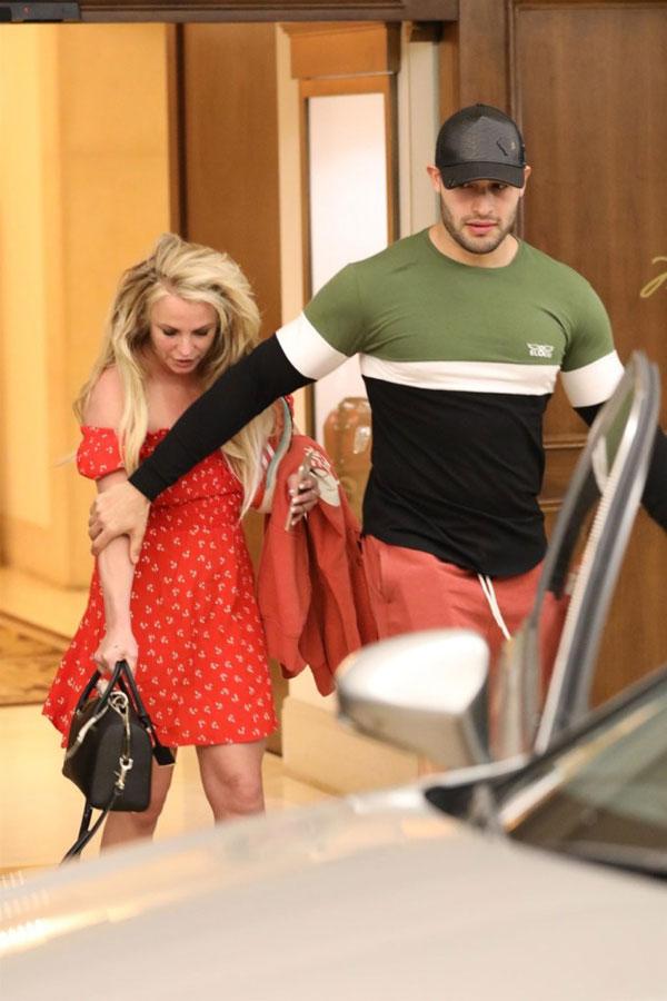 Britney và bạn trai đã trải qua ngày lễ cùng nhau trong khi các con của cô được chồng cũ của nữ ca sĩ chăm sóc.