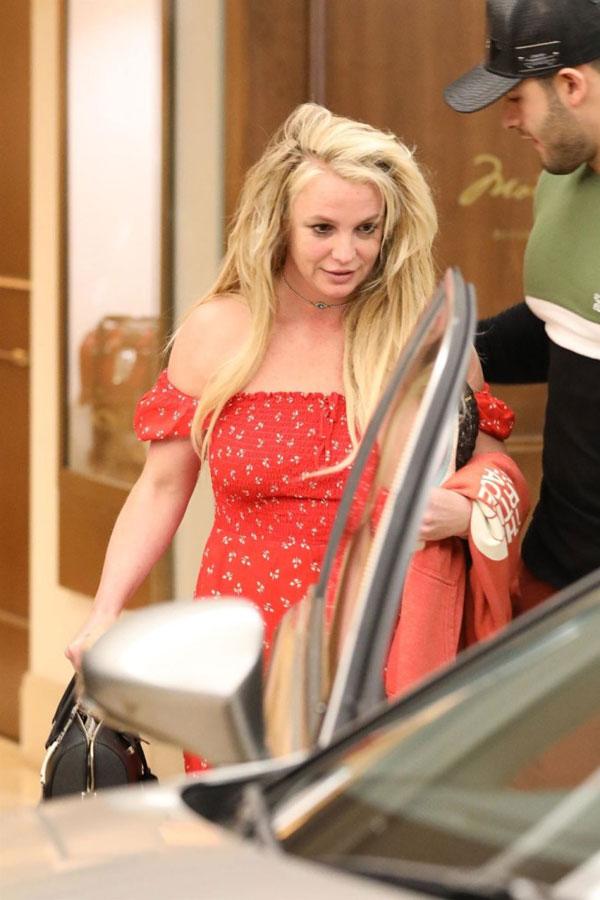 Người mẫu trẻ 25 tuổi Sam Asghari đi sát bên Britney để che chở cho cô. Trong suốt thời gian giọng ca Toxic đi điều trị sức khỏe tâm thần, Sam luôn hết lòng động viên và thường xuyên đến thăm cô. Cặp đôi đã gắn bó bên nhau hơn 2 năm.