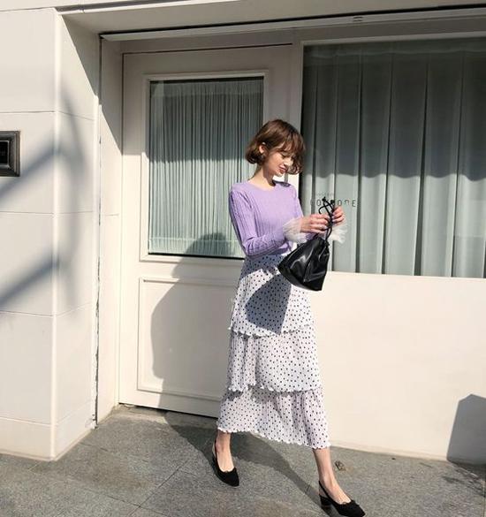 Trong những ngày nắng cao điểm, chọn lựa váy áo có độ thông thoáng cao, tạ cảm giác mát mẻ là việc làm không thể thiếu của phái đẹp.