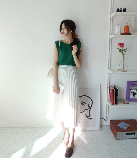 Chân váy trắng trên các chất liệu lụa, voan lụa mỏng là sản phẩm cháy hàng ở mùa nắng năm nay.