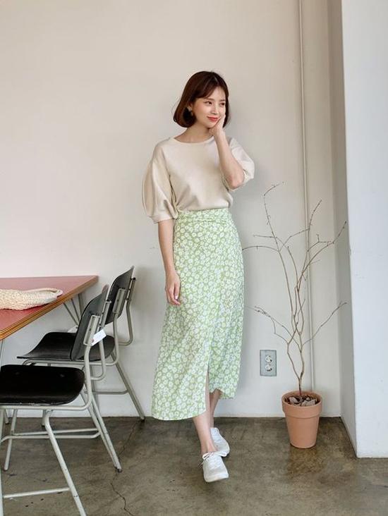 Có nhiều cách để bước qua mùa nắng một cách dễ dàng, đơn của như việc chọn các kiểu chân váy mềm nhẹ, dễ phối đồ khi đến văn phòng.