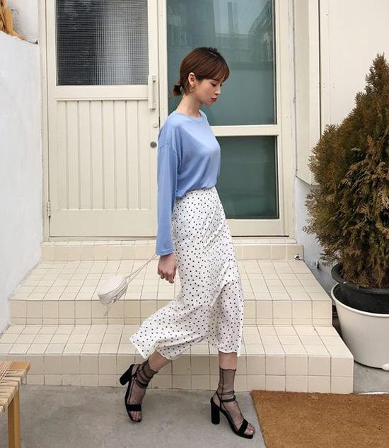 Kiểu dáng đơn giản của chân váy suông không quá kén dáng và tiện lợi khi phối đồ từ street style cho đến văn phòng.