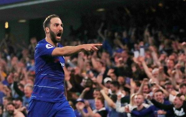 Higuain nỗ lực khẳng định tài năng trong màu áo Chelsea khi mới chuyển đến từ tháng một.