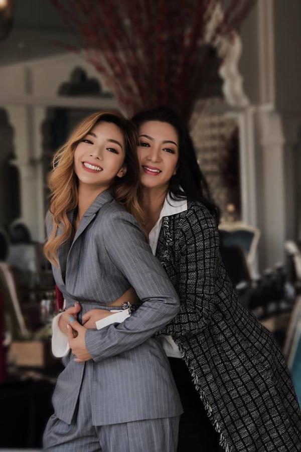 Katleen Phan Võ (trái) cùngmẹ - Hoa hậu điện ảnh 1992 Thanh Xuân thực hiện một bộ ảnh hồi tháng 3/2019.