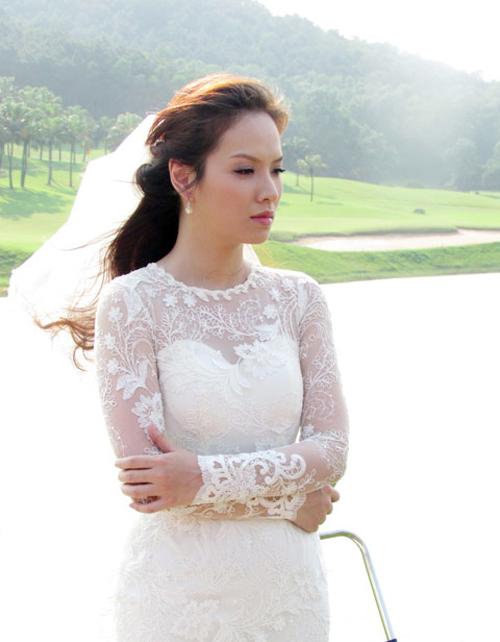 Trong phim Ba đám cưới, một đời chồng, Đan Lê đã diện váy cưới ren có cổ hai trong một gồm cổ cúp ngực và cổ voan mỏng. Mẫu váy ôm trọn cơ thể giúp khoe khéo đường cong quyến rũ của tân nương.