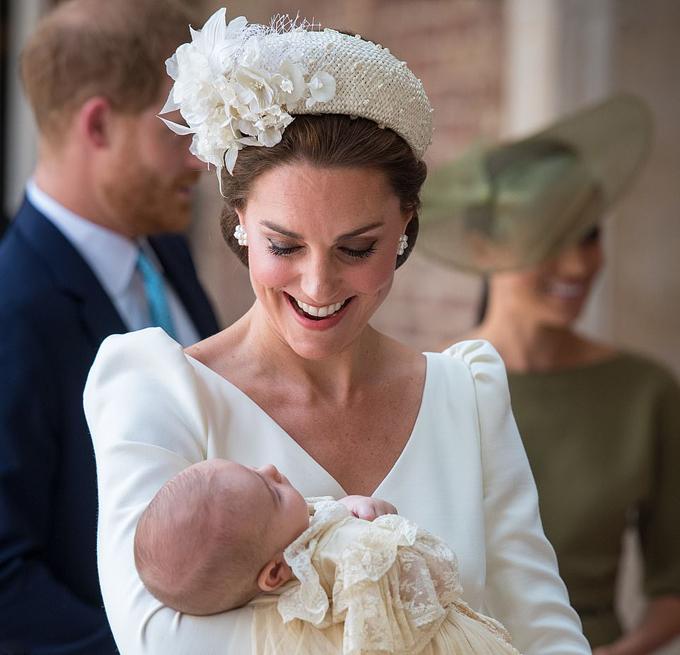 Kate bế Louis trong ngày lễ rửa tội của cậu bé tại nhà thờ hoàng gia hồi tháng 7/2018. Ảnh: PA.