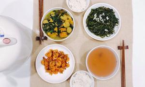 Những mâm cơm nấu tại chỗ làm của hai cô gái độc thân