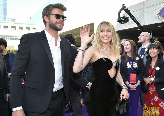 Cặp đôi đến sớm, niềm nở vẫy tay chào người hâm mộ.