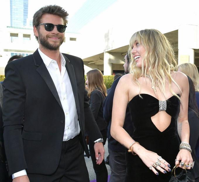 Miley gây ấn tượng với bộ đầm sexy và trang sức cầu kỳ.