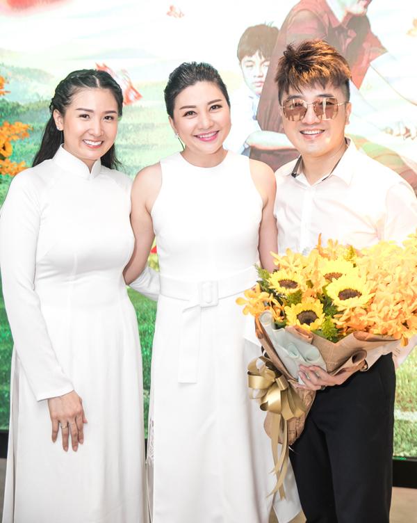 MC Ngọc Tiên động viên Quỳnh Vy trở lại sân khấu ca nhạc cùng chồng.