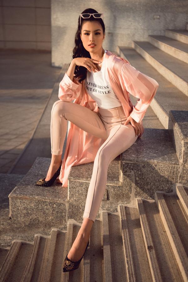 Trong set đồ khác, cô xuống phố với áo thun trắng, quần âu cạp cao cùng blazer có tone màu hồng ngọt ngào.