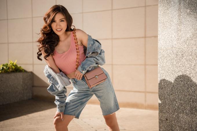 Trang phục demin phủi, đậm chất đường phố khiến Nguyễn Thị Thành biến thành cô gái năng động, tràn đầy năng lượng. Cô phối bộ đồ với áo croptop để phô diễn vòng eo thon thả.