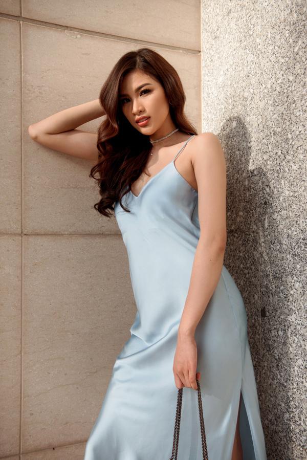 Cô không quá tham lam phụ kiện, chỉ mix trang sức đính đá cùng túi xách có tone xanh nhạt với set váy đơn giản.