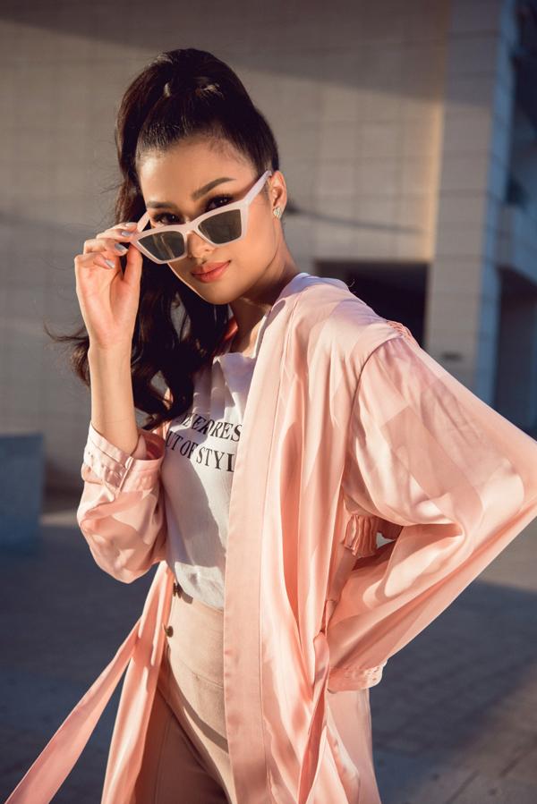 Bộ ảnh được thực hiện bởi stylist Diệp Linh Châu, make-up Tô Vĩnh Hưng.