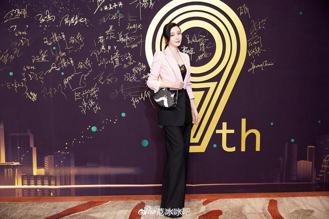 Tháng 5/2018,Phạm Băng Băng bị điều tra trốn thuế. Tháng 10,, cô bị nhà nướcphạt và truy thu883 triệu nhân dân tệ (128 triệu USD). Hiện tại người đẹp đã nộp đủ số tiền này.
