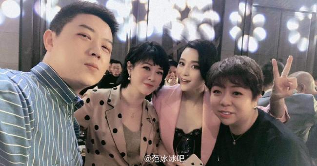 Băng Băng chụp ảnh cùng CEO của một công ty giải trí, và nhiều bạn bè trong giới. Dường như ngôi sao Võ Tắc Thiên đang từng bước trở lại showbiz, sau thời gian vắng bóng.