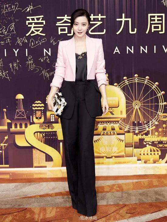 Phạm Băng Băng tham gia sự kiện do kênh Iqiyi tổ chức hôm 22/4, đây là sự kiện lớn đầu tiên cô tham gia kể từ khi dính scandal trốn thuế và bị phạt vào năm 2018. Dự sự kiện, ngôi sao Hoa ngữ mặc trang phục của  Alexander McQueen, gương mặt rạng ngời.