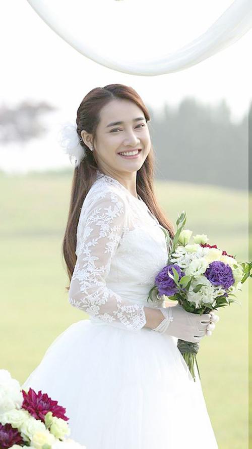 Trong bộ phim Tuổi thanh xuân 2, Nhã Phương có dịp diện váy cưới với nhiều chi tiết ren được thêu dọc ở tay áo và thân trên.