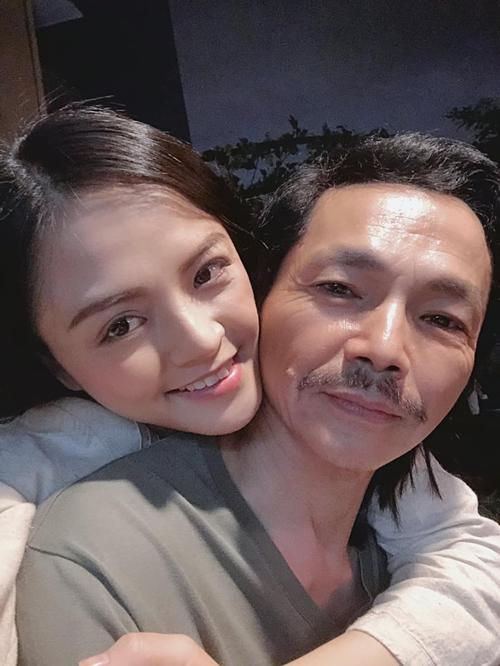 Diễn viên Thu Quỳnh pose hình cùng nghệ sĩ Trung Anh. Cả hai vào vai bố con trong phim Về nhà đi con. Cô tâm đắc với câu nói của ông trong phim: Hạnh phúc của con quan trọng hơn nỗi đau của người khác.