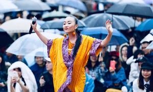 Đoan Trang đội mưa biểu diễn ở Nhật