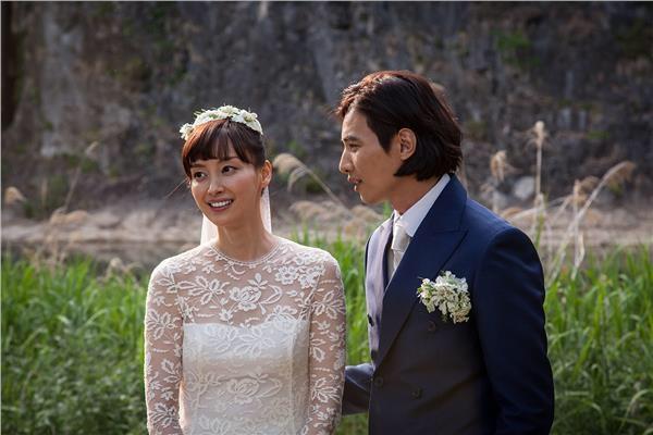 Won Bin và bà xã Lee Na Young trong đám cưới năm 2015.