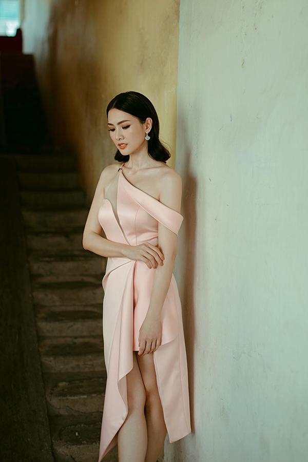 Không dừng lại ở việc tạo nên các mẫu váy dài lộng lẫy, nhà thiết kế còn trình làng nhiều kiểu đầm ngắn sexy.