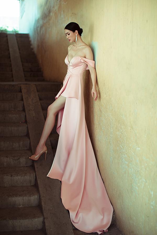 Váy khoe vai trần được tăng độ sexy bởi đường xẻ chữ V sâu cho phần ngực và phối chân váy mullet. Thiết kế chân váy dài vừa mang lại vẻ lộng lẫy vừa giúp Anh Thư khoe chân dài gợi cảm.
