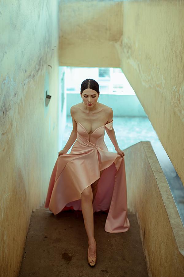 Cùng với sắc xanh đậm, đỏ đậm bắt mắt, nhà mốt còn chọn lụa hồng pastel, hồng thạch anh để mang tới các mẫu váy đúng mốt mùa hè.