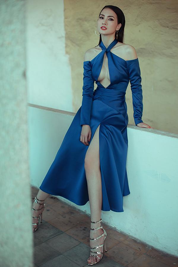 Trong bộ ảnh hợp tác cùng siêu mẫu Anh Thư, nhà thiết kế Nguyễn Hà Nhật Huy giới thiệu các mẫu váy khai thác tối đa khoảng hở để giúp người mặc thu hút ánh nhìn khi tham gia tiệc mùa hè.