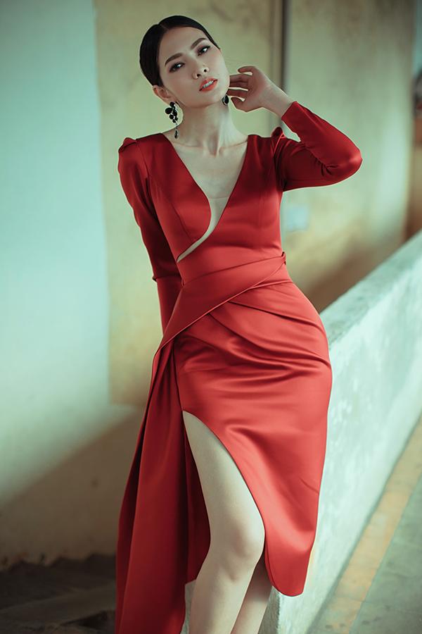 Trân các thân váy dài, váy ngắn, đường cắt sắc sảo được Nguyễn Hà Nhật Huy áp dụng khéo léo để mang đến các khoảng hở.