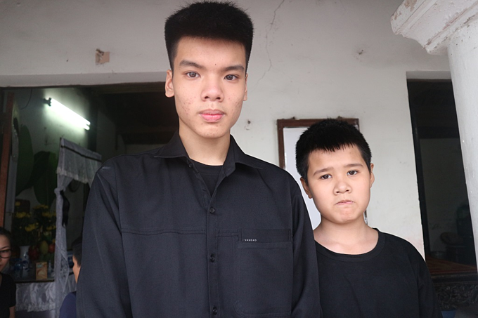 Đức Anh và Đức Hiếu - học sinh lớp 9 và 6 vừa mất mẹ củatrường THCS Khương Thượng, Hà Nội.