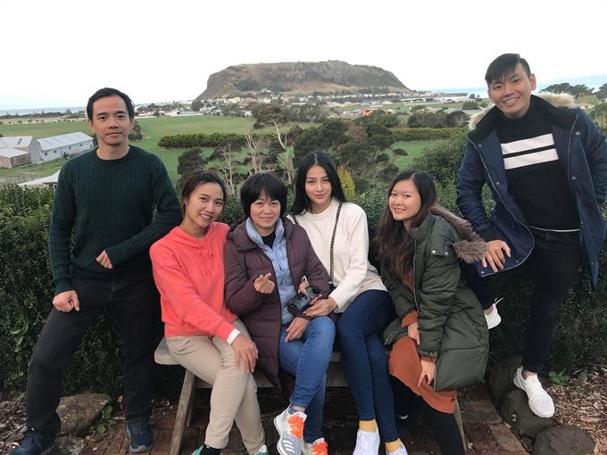 Phương Khánh (áo trăng và mẹ chụp ảnh cùng các thành viên khác trong đoàn. Họ đến từ nhiều nước khác nhau: Anh, Đức, Brazil...