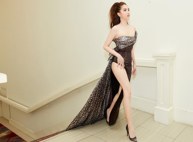 Cô khoe chân dài, vai trần trong bộ cánh xẻ tới hông, tà váy phía sau dài quét đất.