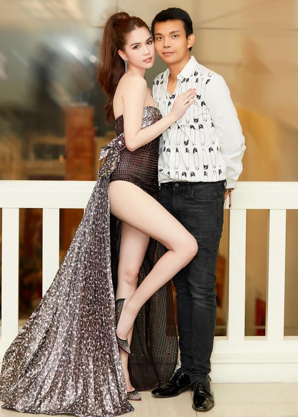 Ngọc Trinh kề má chụp ảnh cùng nhà thiết kế Đỗ Long - bạn thân trong nghề của cô.
