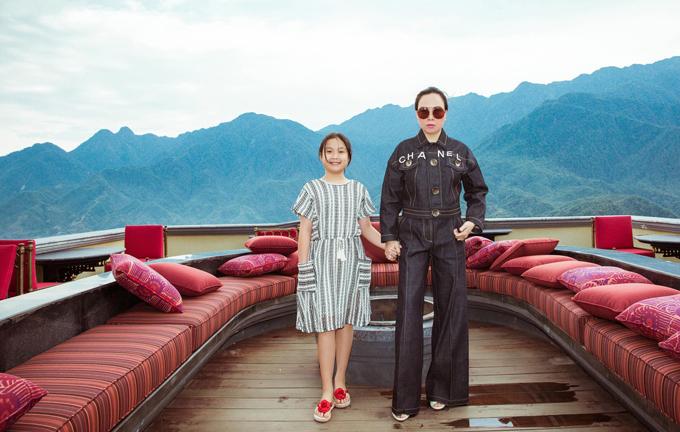 Phượng Chanel đưa con gái út đi chơi cùng mình. Cô bé năm nay 11 tuổi. Con lớn của nữ doanh nhân đang du học ở Mỹ.