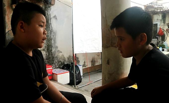 Em Lý Vỹ Kỳ (trái), 12 tuổi, động viên bạn cùng lớp Đức Hiếu cứng cỏi.
