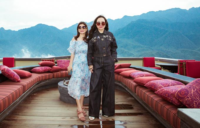 Nhiệt độ Sapa những ngày này khá lý tưởng, từ 20 - 22 độ C. Khách du lịch có thể thoải mái lựa chọn trang phục khi đi chơi, khám phá vẻ đẹp thiên nhiên nơi đây. Phượng Chanel chụp ảnh cùng một người bạn của Vũ Khắc Tiệp.
